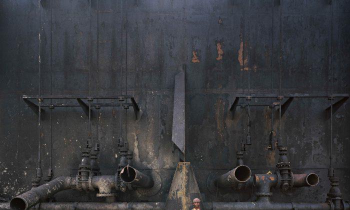 "Edward Burtynsky, ""Shipbreaking 23, Chittagong, Bangladesh, 2000,"" chromogenic colour print. (Courtesy Nicholas Metivier Gallery, Toronto / Howard Greenberg & Bryce Wolkowitz, New York)"