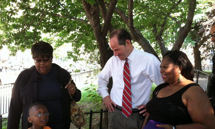 Eliot Spitzer speaks to Jane Wisdom, president of Douglass Houses, and residents on Aug. 21. (Kristen Meriwether/Epoch Times)
