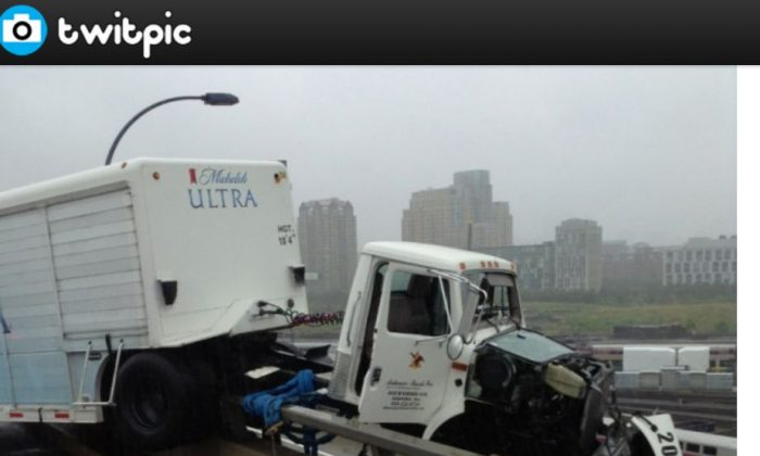 A screenshot of Twitpic shows the truck.