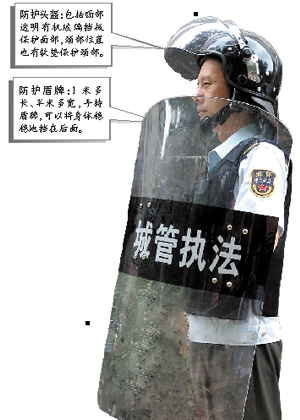The new protective gear for chengguan officers in Guangzhou include shield, helmet, gloves, encrypted walkie-talkie, and an anti-stab vest made of seven pieces of steel.(Guangzhou Daily screenshot)