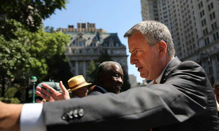 New York Democratic mayoral candidate Bill de Blasio meets supporters during a campaign event on July 30, 2013 in New York City. (Photo by Spencer Platt/Getty Images)