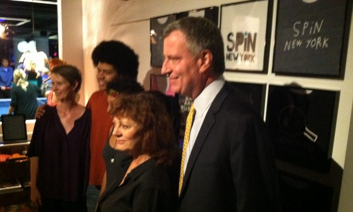 Actress and activist Susan Sarandon stands with Democratic mayoral candidate Bill de Blasio, his family, and actress Cynthia Nixon at a fundraiser at SPiN in New York City. (Kristen Meriwether/Epoch Times)