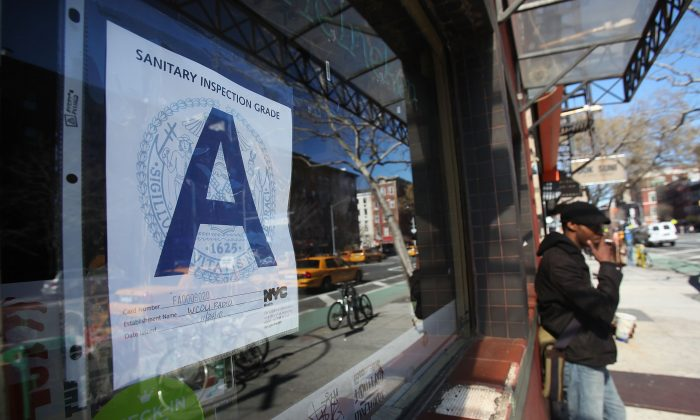 A Manhattan bar rated with a Health Department 'A' grade in New York City, March 7, 2011. (Mario Tama/Getty Images)