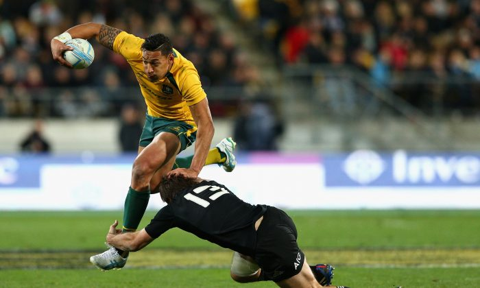 Former league star, Wallabies winger Israel Folau breaks the tackle of All Black centre Conrad Smith during their Rugby Championship Bledisloe Cup match on Aug 24, 2013 in Wellington, NZ. (Cameron Spencer/Getty Images)