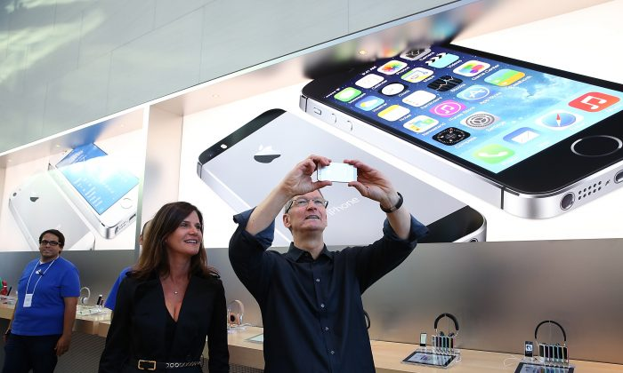 Katie Cotton (L), Apple vice president of corporate communications and Apple CEO Tim Cook (R) at an Apple store in Palo Alto, Calif, Sept. 20. (Justin Sullivan/Getty Images)
