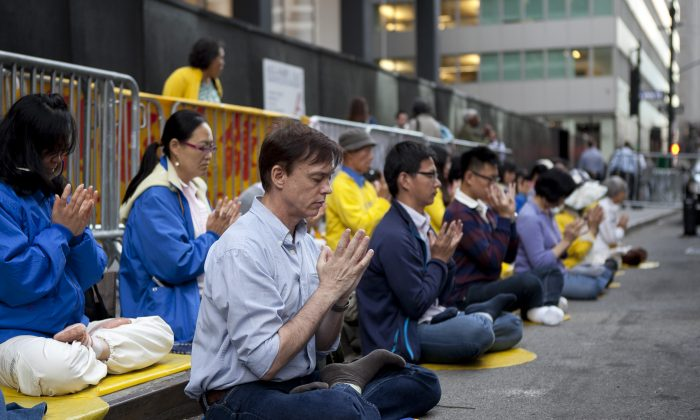 Falun Gong practitioners hold a peaceful protest in front of the Waldorf-Astoria Hotel, New York City, Sept. 25, 2013. (Samira Bouaou/Epoch Times)