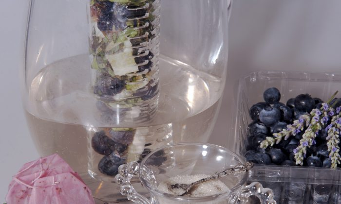 Infused Mint Basil Blueberry Tea (Cat Rooney/Epoch Times)