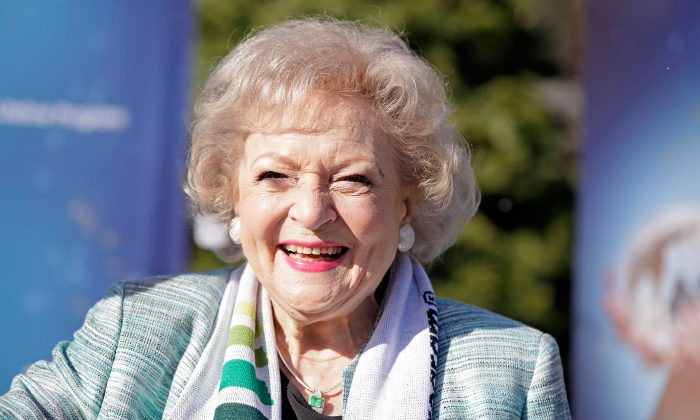 """Betty White hasn't died. An article that appears to make fun of the rampant death hoaxes that have gone viral is saying that Betty White """"dyes peacefully in her Los Angeles home,""""--confusing many on social media websites. Betty White attends Betty """"White Out"""" Tour at The Los Angeles Zoo with The Lifeline Program at Los Angeles Zoo on December 11, 2012 in Los Angeles, California. (Brian To/Getty Images for The Lifeline Program)"""