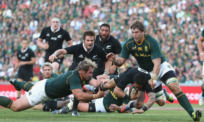 Springboks Jannie du Plessis and Willem Alberts pounce on All Black half-back Aaron Smith during their Rugby Championship match at Ellis Park on Saturday Oct 5, 2013. (David Rogers/Getty Images)