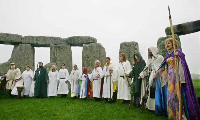 Amesbury, UNITED KINGDOM: Druids perform a pagan Samhain blessing ceremony at the Stonehenge monument, in Wiltshire, in southern England, 17 October 2006.   (Photo credit should read CARL DE SOUZA/AFP/Getty Images)