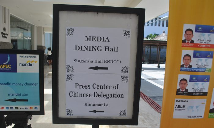 A sign on Oct. 8 at the Bali Nusa Dua Convention Center, host to APEC recently, shows the way to the Chinese press conference. Epoch Times reporter Wayan Manuh was blocked from entering and questioned by security guards when he attempted to attend the conference. (Wayan Manuh/Epoch Times Staff)