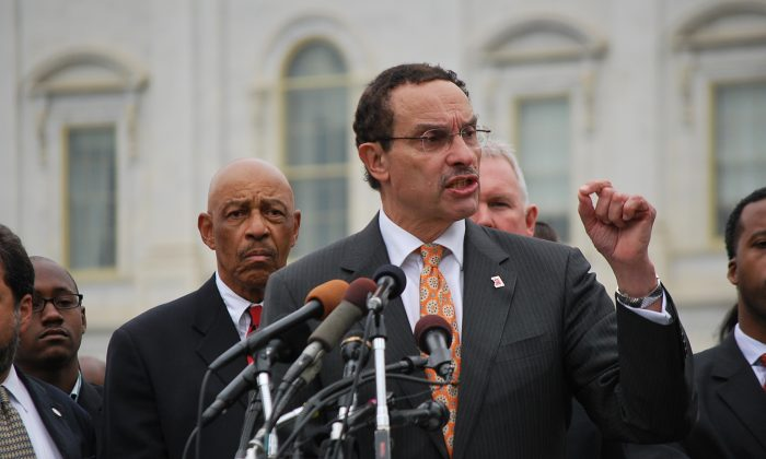 District of Columbia Mayor Vincent Gray calls on Congress to grant the District exemption from the Government shutdown so that the city may fund public services including the Metro and Medicaid service provideers. (Ron Dory/The Epoch Times)