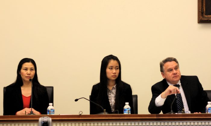 Zhang Qing (L), the wife of detained Chinese activist Guo Feixiong, with her daughter Yang Tianjiao (C), and Congressman Christopher Smith (R), at a hearing that Rep. Smith held to urge the release of Guo. (Matthew Robertson/Epoch Times Staff)