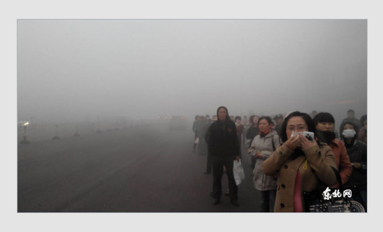 Screenshot showing people waiting for a bus in Harbin, which was affected by severe smog. (Screenshot/Sina.com)
