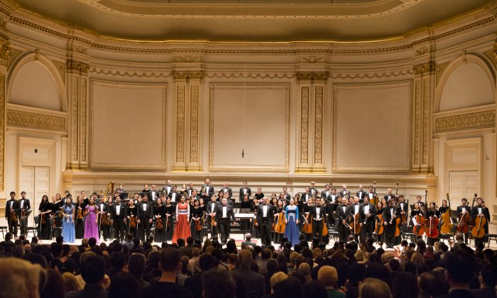 Members of Shen Yun Symphony Orchestra rise for a standing ovation at Carnegie Hall in New York City, Oct. 5, 2013. (Dai Bing/Epoch Times)