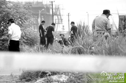 Police search for the body of a missing 7-year-old girl who was killed by a slightly older friend, because they had constant run-ins. The incident provoked reflection on the Internet. (Weibo.com)