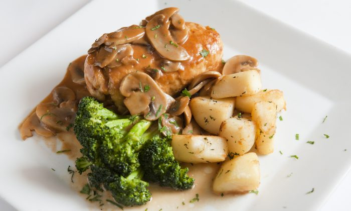 Pollo Valdestana, chicken stuffed with spinach, mozarello, and prosciutto, served with broccoli and potatoes. (Samira Bouaou/Epoch Times)