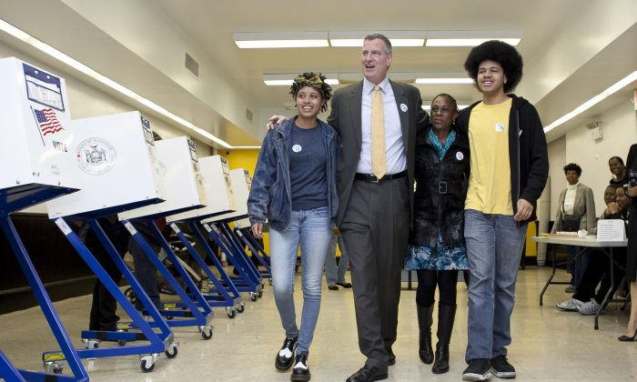 Democratic mayoral candidate Bill de Blasio walks through the polling station at the Park Slope Library with his wife Chirlane McCray and children Chiara and Dante on Nov. 5, 2013 (Samira Bouaou/Epoch Times)
