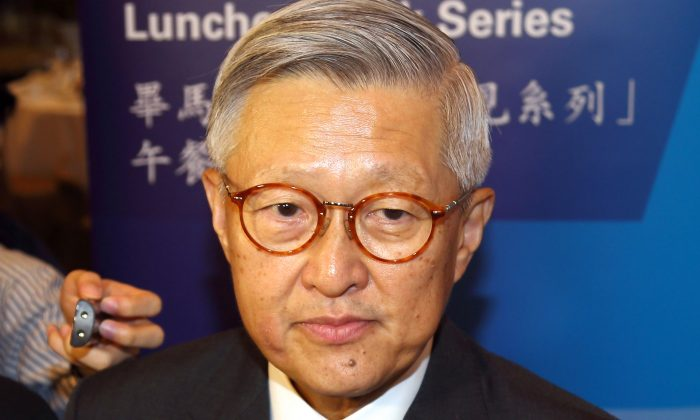 Retired Hong Kong chief justice Andrew Li meets the press on Nov. 13, 2013 in Hong Kong. During prepared remarks given at a luncheon, Li discussed the importance of the National People's Congress not interfering with judicial decisions made in Hong Kong. (Epoch Times)