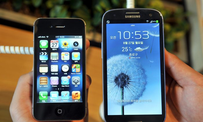 The iPhone's screen-size compared to the Galaxy (Jung Yeon-Je/AFP/GettyImages)