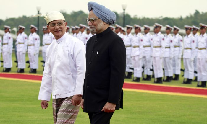 Burmese President Thein Sein (L) and Indian Prime Minister Manmohan Singh in Naypyitaw, Burma, May 28, 2012. Burma is launching its first international bus service to India. (AP Photo/Khin Maung Win)