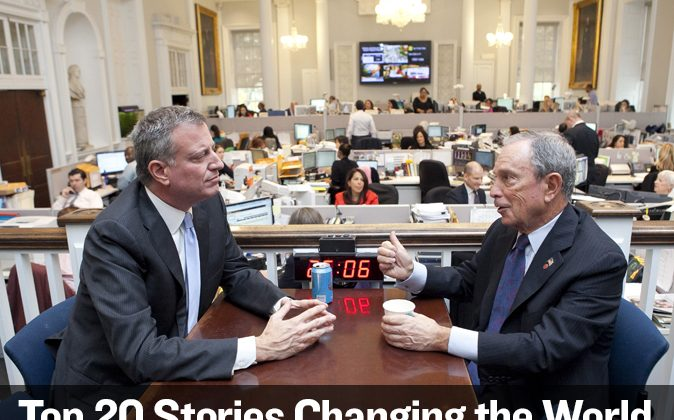 """TRANSITION: Mayor-elect Bill de Blasio (L) speaks with outgoing Mayor Michael Bloomberg at the City Hall """"Bull Pen"""" in Lower Manhattan, New York, Nov. 6, 2013. (Samira Bouaou/Epoch Times)"""