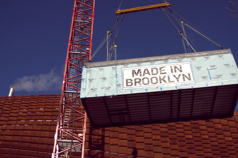 The first module of the Atlantic Yards B2 residential tower being lifted into place in Brooklyn, New York, Dec. 12, 2013. (Catherine Yang/Epoch Times)