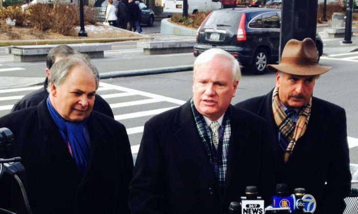 N.Y. Sen. Tony Avella (C) and Assemblyman David Weprin (R) announce a legislative proposal that would prohibit tolls on free bridges that cross the East River, at Queens Plaza in New York, Dec. 13, 2013. (Yi Yang)