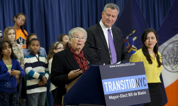Mayor-elect Bill de Blasio announces the appointment of his schools chancellor, Carmen Fariña, at the William Alexander Middle School in Park Slope, Brooklyn, New York, Dec. 30, 2013. (Samira Bouaou/Epoch Times)