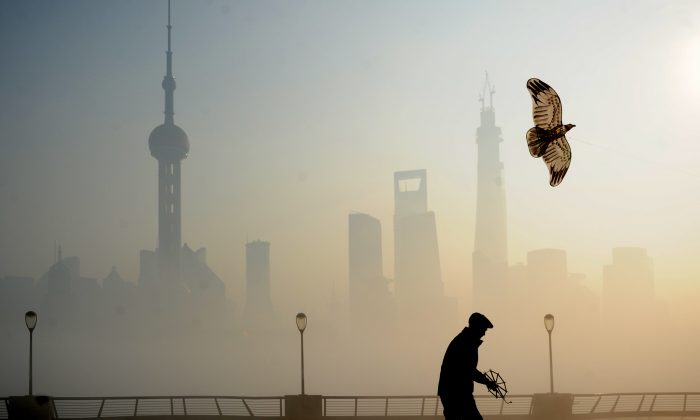 A man flies kite at The Bund in heavy smog on Dec. 5, in Shanghai, China. (ChinaFotoPress/ChinaFotoPress via Getty Images)