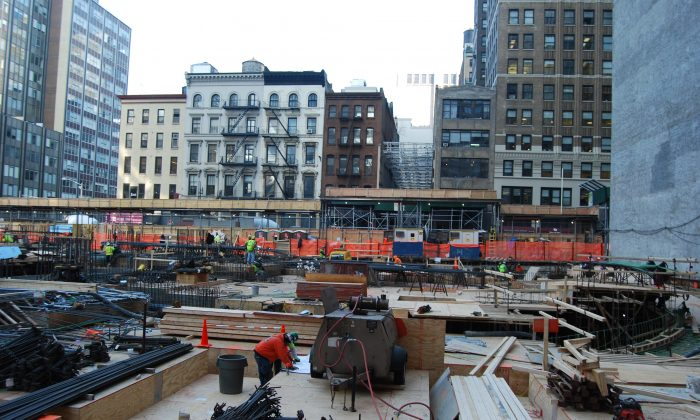 Construction at 30 Park Place, Downtown Manhattan, New York, Dec. 3, 2013.(Catherine Yang/Epoch Times)