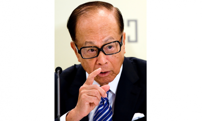 Li Ka-shing, chairman of Hutchison Whampoa Ltd. and Cheung Kong Holdings Ltd., at a press conference on Aug. 4, 2011 in Hong Kong, China. Li recently gave a long interview to the mainland newspaper Southern Metropolis Daily. (ChinaFotoPress/Getty Images)