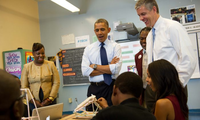 U.S. President Barack Obama and Education Secretary Arne Duncan watch students work on a Earthquake Tower Challenge problem during their visit to a classroom at Pathways in Technology Early College High School, in Brooklyn, New York on Oct. 25, 2013. (Mandel Ngan/AFP/Getty Images)