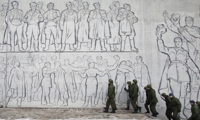 Russian soldiers patrol the Battle of Stalingrad memorial in Volgograd, Russia, Dec. 31, 2013. Russian authorities ordered police to beef up security at train stations and other facilities across the country after two suicide bombers attacked in the city Dec. 30 and Dec. 29. (AP Photo/Denis Tyrin)