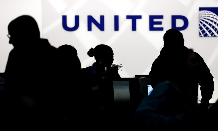 Holiday travelers check in at the United Airlines ticket counter at Terminal 1 in O'Hare International Airport in Chicago on Dec. 21, 2013. (Nam Y. Huh/AP Photo)