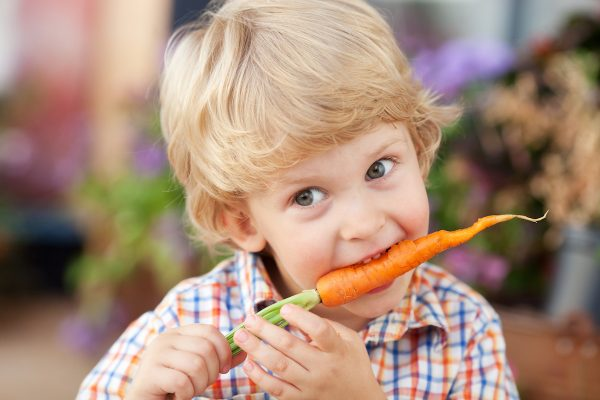 kids eat raw veggi/carrot