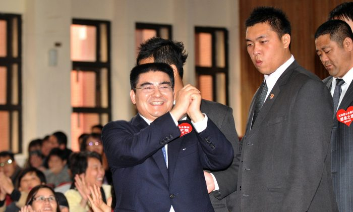Chen Guangbiao (C)  on January 27, 2011.    (Patrick Lin/AFP/Getty Images)