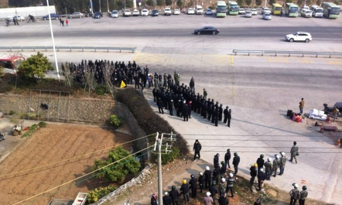 Local villagers confront with armed police on Jan 18. (Weibo.com)