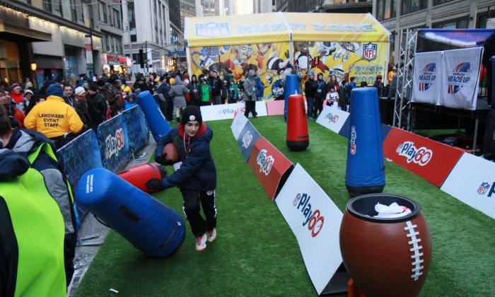 Super Bowl fans visit the Super Bowl Boulevard festival in Manhattan, New York, Jan. 30, 2014. (Epoch Times)