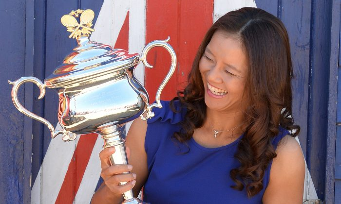 Li Na holds the Daphne Akhurst Memorial Cup at Brighton Beach after winning the 2014 Australian Open in Melbourne on Jan 26, 2014. (GREG WOOD/AFP/Getty Images)