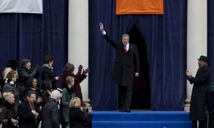 Mayor Bill de Blasio waves to the crowd at the inauguration ceremony at City Hall on Jan. 1, 2014. (Samira Bouaou/Epoch Times)