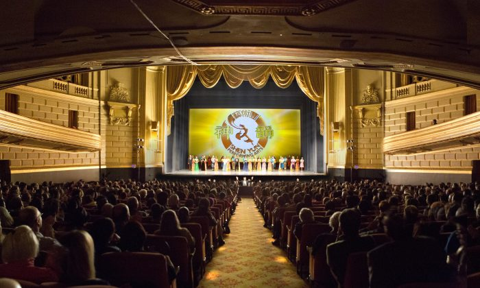 Shen Yun Performing Arts' curtain call at the War Memorial Opera House, on Jan. 4. (Rachel Tso/Epoch Times)