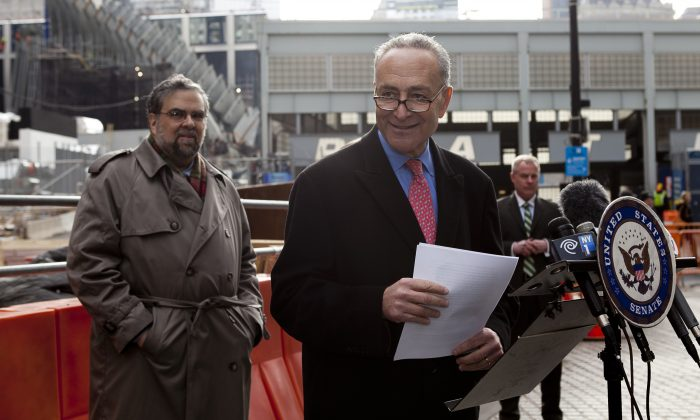Sen. Charles Schumer announces the securing of $340 million in federal bonds for financing of World Trade Center 3 construction, in Downtown Manhattan, New York, Jan. 13, 2014. (Samira Bouaou/Epoch Times)