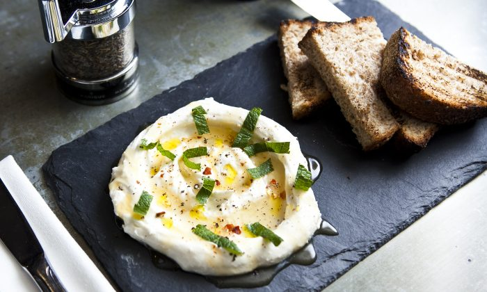 Homemade ricotta and honey, served with country bread. (Samira Bouaou/Epoch Times)