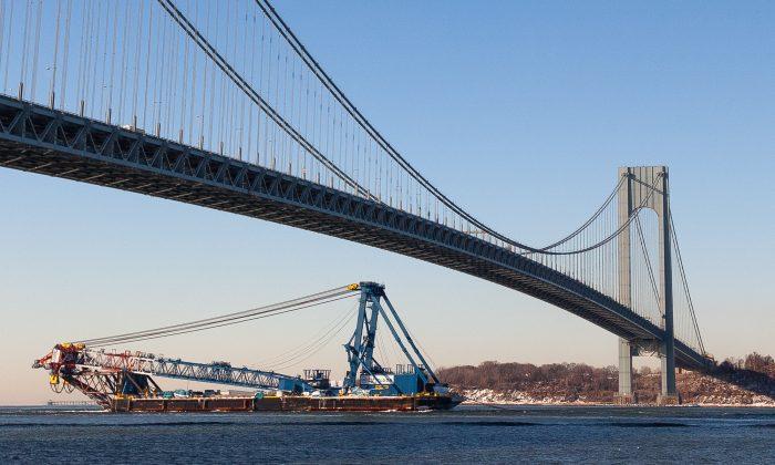 The I Lift NY Super Crane passes under the Verrazano-Narrows Bridge between Brooklyn and Staten Island, New York, Jan 30, 2014. (Petr Svab/Epoch Times)