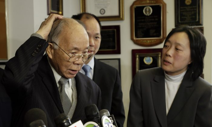 Kang Chun Wong, 84, who claims he was assaulted by police for jaywalking, describes his injured head during a news conference, in New York on Jan. 27, 2014. (Richard Drew/AP)