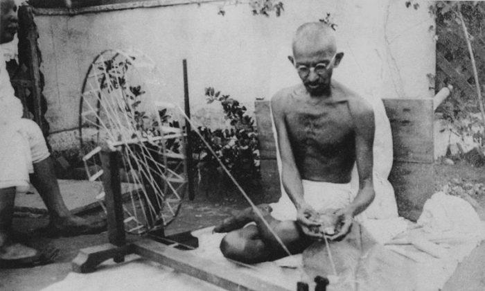 Gandhi spinning. (Wikimedia Commons)