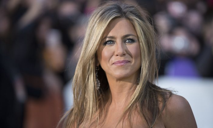 "Jennifer Aniston poses for a photograph in Toronto on Sept. 14, 2013. Jennifer Aniston and ""Friends"" co-star Courtney Cox have been spotted at a vacation home in Mexico for the holidays. (Arthur Mola/Invision/AP)"