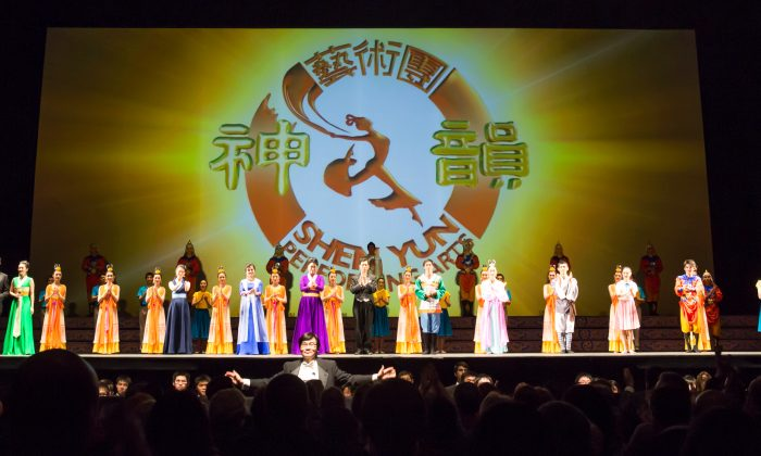 Shen Yun Performing Arts' curtain call at Modell Performing Arts Center at the Lyric, on Jan. 18. (Epoch Times)