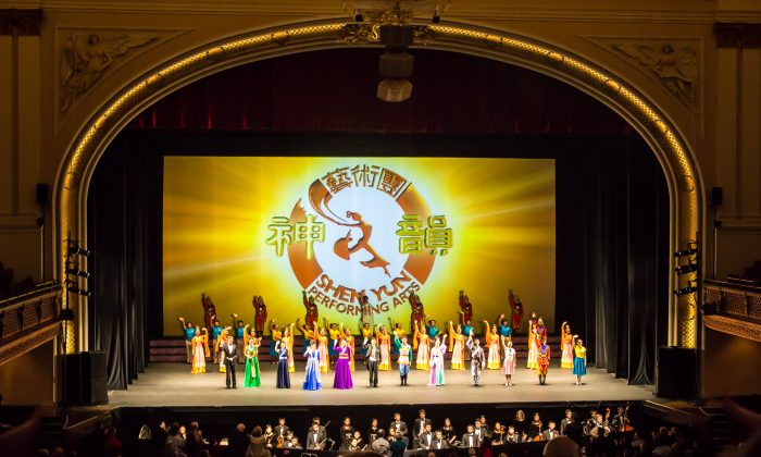 Shen Yun Performing Arts' curtain call at the Lyric Opera House in Baltimore, Maryland, on Jan. 17, 2014. (Epoch Times)